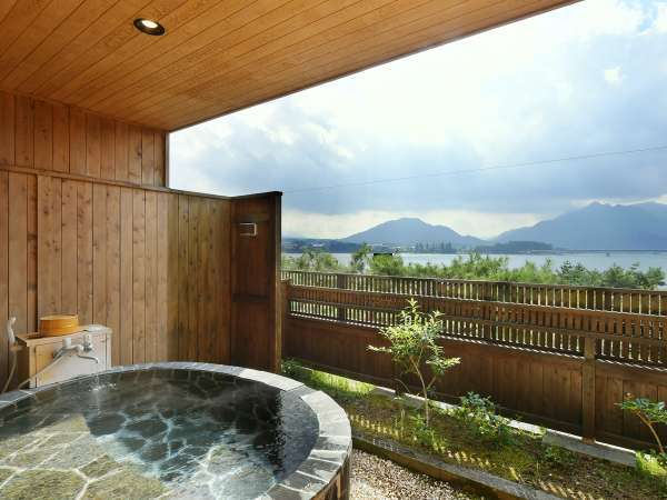 【露天風呂付客室】河口湖が眺望できる専用露天風呂付客室です。