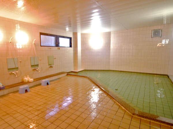 旅の疲れはお風呂でゆっくりと癒して…たきもとのお風呂は民宿では珍しい大浴場。