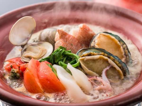 アワビ入りのブイヤベースは、魚介の旨味がたっぷり!