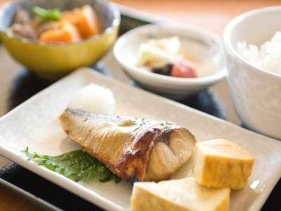 レストランシェフが毎朝手作りする朝食が人気です♪※写真は一例(ヘルシー小鉢が好評な和定食)