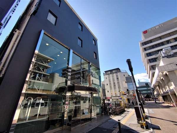 当館正面の一方通行道路です。大分銀行と伊予銀行の間を入るとすぐに見えます