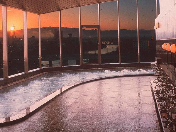 福井を一望する天空大浴場。景観もさることながらスーパーイオン水による美肌効果も評判