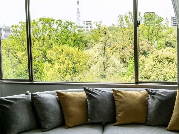 【森側客室】まるで絵画のようなフォレストビューに心癒されて・・(写真はラグジュアリースイートの一室)