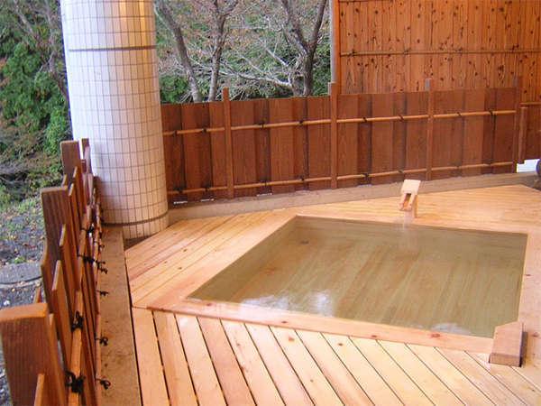 【大浴場の露天桧風呂】優しい桧の香りに包まれながら、四季折々の景色を感じて下さい。