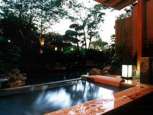 【露天付客室・月庭】露天風呂からは日本庭園と池が望める(天然温泉)