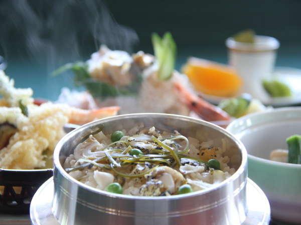 【名物】地元浦河産のつぶ貝を使用した釜飯です。熱々で食べるから美味♪