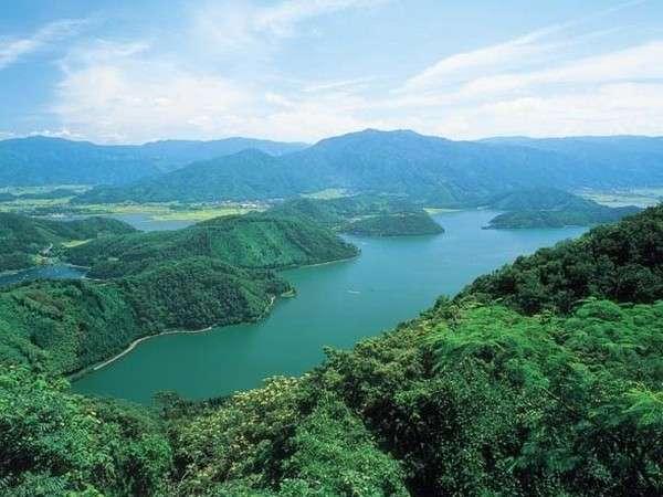 年縞で有名な水月湖がある三方五湖は、「五色の湖」ともいわれ五色に輝く神秘的な湖。
