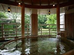 渓谷を望む絶景のたる型露天風呂(水晶風呂)