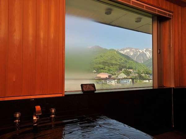 【貴賓室】お風呂。マジックミラーの窓からは四季で顔を変える雄大な谷川岳を見ることができる。