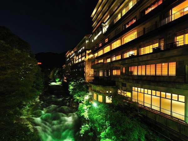 ライトアップされた美しい利根川と雄大な谷川岳を望む外観