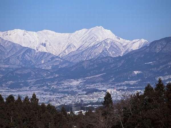 日本百名山の一つ『谷川岳』。雪化粧をまとった美しい姿は当館の館内や客室内からも楽しむことができます。