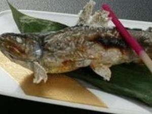 がぶりと香ばしい岩魚の塩焼き♪塩の味がよく染み込んでいてGOOD!