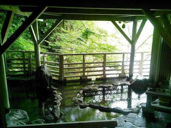 15湯のうちの一つ「牧水の湯」の露天風呂。渓流の流れと美しい緑に癒されます。