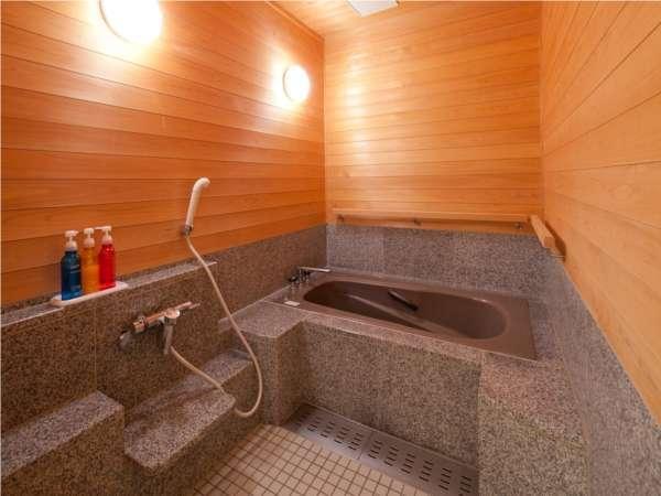 【準特別室;バリアフリー和洋室】ゆったりとした脱衣所から、浴室へ段差なしで行くことが出来ます。