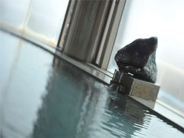 【水晶風呂】水晶の湯口からは、こんこんと温泉が流れる続ける。