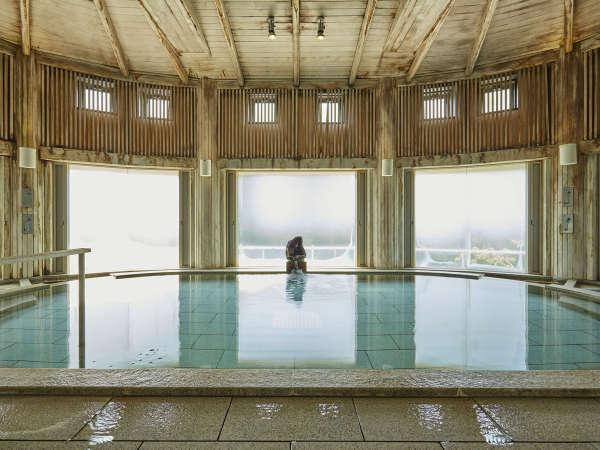 【水晶風呂(内湯)】天井や柱などに奥利根地方特産のひばを使用。