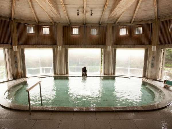 【水晶風呂】天井や柱などにふんだんに用いられた奥利根地方特産のひばを使用。