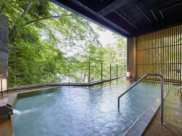 【牧水の湯】当館に全部で15あるお風呂の内のひとつ。季節によってかわる利根川の表情をお楽しみください。