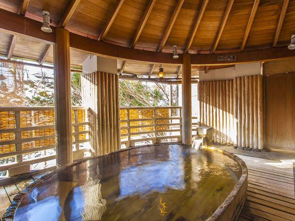 【水晶風呂】樽型の露天風呂。水上の自然とやわらかいお湯で、日頃の疲れを癒す優しいひとときを。
