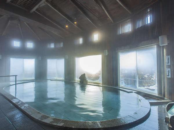 【水晶風呂】天井や柱に奥利根地方特産のひばを使用。歴史を感じる空間でゆったりとおくつろぎください。