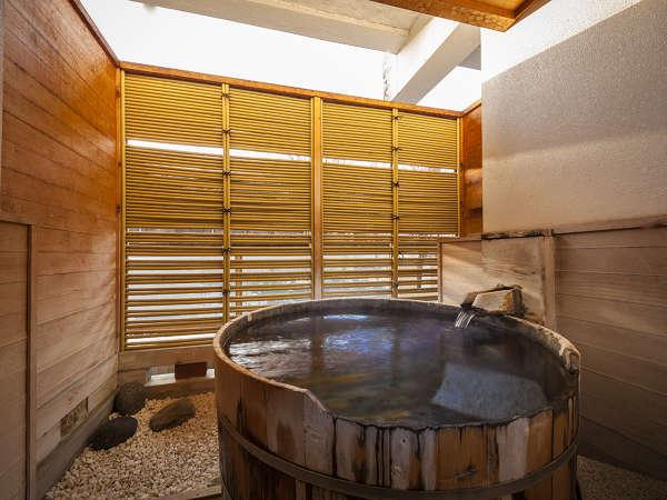 【露天風呂付客室】心地良い風、音を感じながら極上の温泉をお楽しみください。