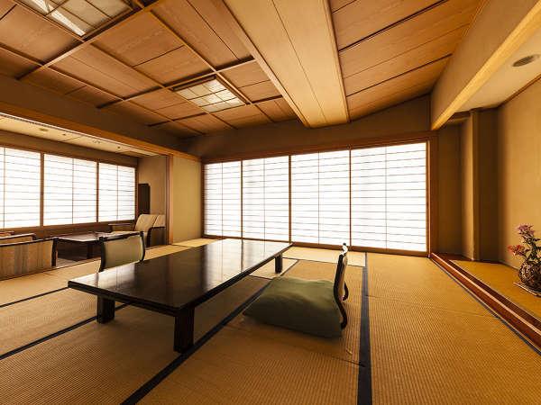 【利根川亭角部屋】明るく開放的な和室。窓からは雄大な谷川岳と利根川の流れを望むことができます。