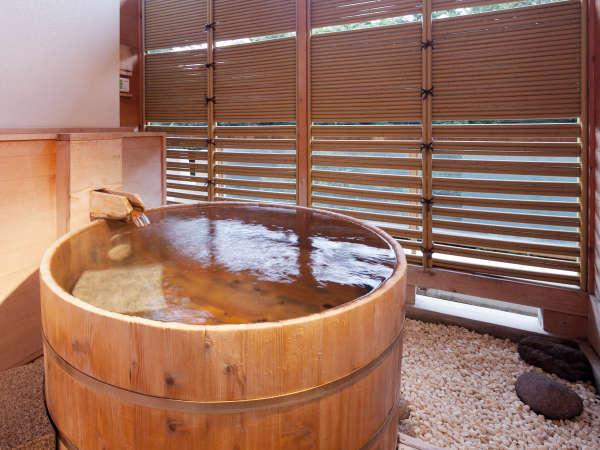 露天風呂付き客室。川のせせらぎを聞きながら、温泉を独り占め。