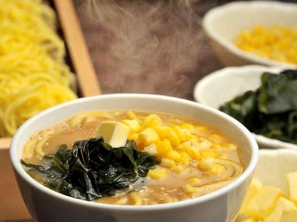 【朝食ビュッフェ】札幌名物みそラーメン。トッピングはお好みでおつくりいただけます。