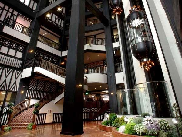 1Fロビーは、高さ約40mの吹き抜けで開放的な造りとなっております。