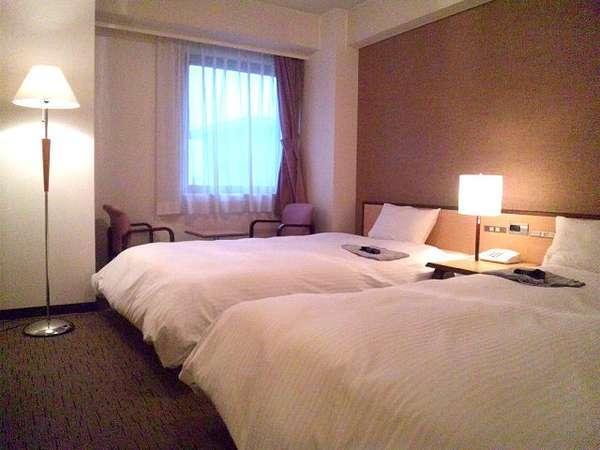 ツインルーム【27㎡】セミダブルベッド2台のお部屋です。当ホテル洋室で1番広いお部屋です。