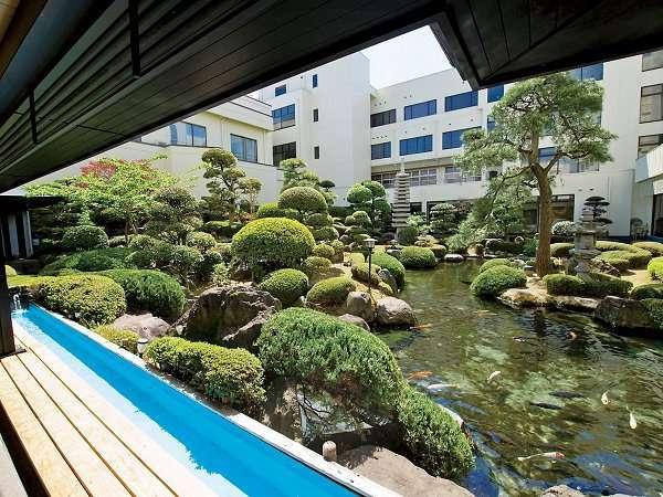 日本庭園を眺められる足湯