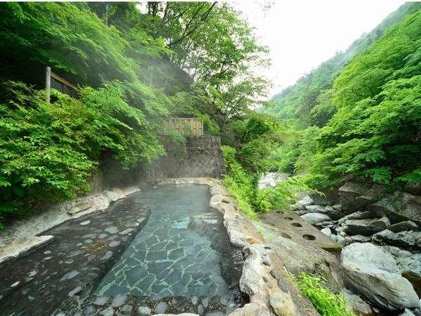 野趣味溢れる渓流野天風呂