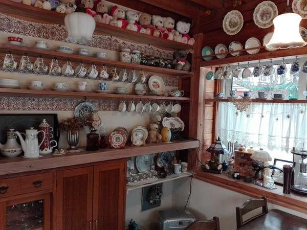 ティーカップコレクションや手作りインテリアが楽しい食堂