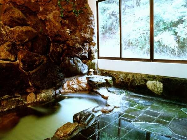 渓流沿いに建つ貸切風呂
