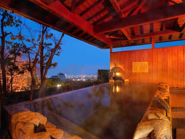 """【""""人気No.1""""の貸切露天風呂】 巨大な岩石をくり貫いた広々とした浴槽は、今宵あなただけのもの――"""