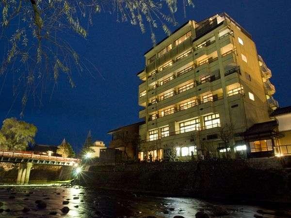 【ライトアップ】年4回ライトアップされる「中橋」。桜・新緑・紅葉・雪景色と四季折々の景色が楽しめます