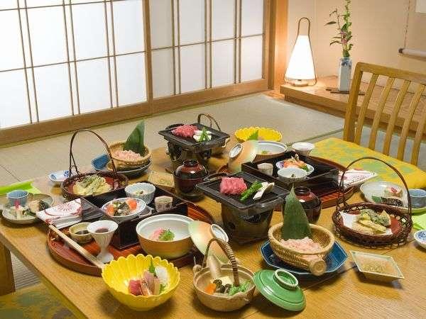 【お部屋食】お夕食はお部屋でゆっくり気兼ねなく♪温かいものも、冷たいものも一品一品お運びいたします