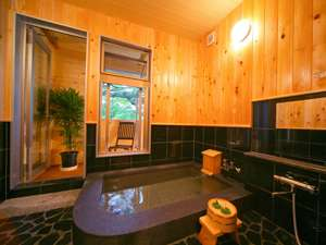 ウッドデッキ付の展望貸切風呂【禅】湯船に麦飯石を張り巡らし、周りは檜と黒御影石で和の雰囲気です。