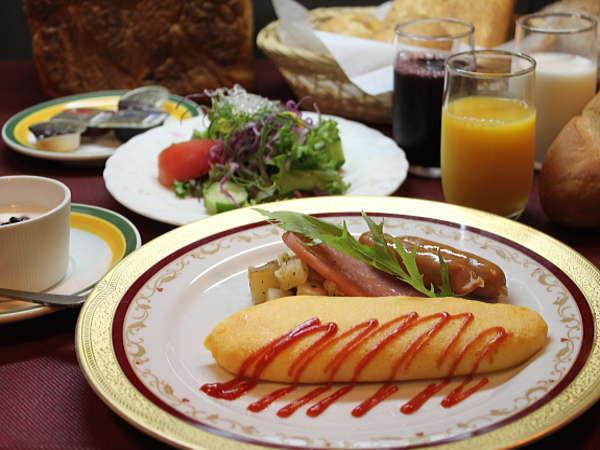 【ご朝食一例】お選びいただける卵料理や、季節のフルーツなどの洋食メニューをご用意いたします。