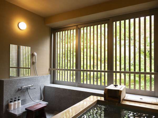 展望風呂付客室のお風呂。窓を大きく開けて、湯浴みをお愉しみくださいませ。