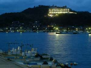 夜のホテルの全景