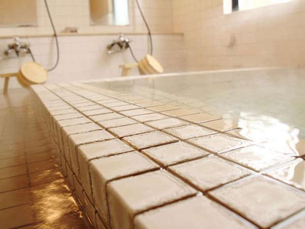 *【大浴場】入れば分かる泉質の良さ!開湯400年以来沸き続ける鶯宿温泉