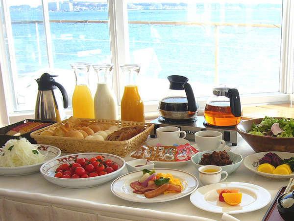 【海辺の休日】スタンダード〜海が見えるレストランでパン食べ放題!ハーフバイキング朝食付