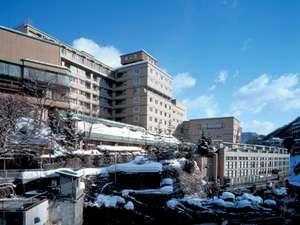 【外観・冬】渓流と雪のコントラストが美しい、渓流沿いの老舗宿
