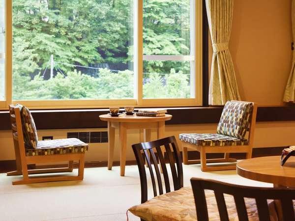 【モダン和洋室/60㎡】こだわりの椅子から、温泉街の風流な景色を眺める
