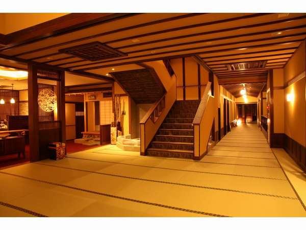 館内は素足で歩ける畳廊下でくつろぎの空間です。