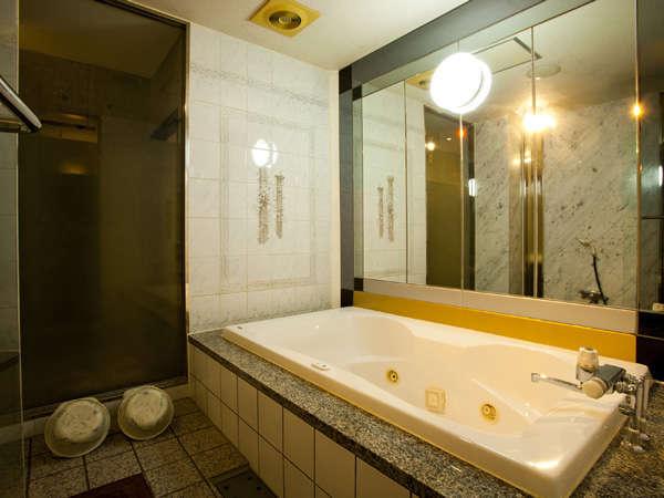セパレートのお風呂は広々で家族みんなで入れますよ~