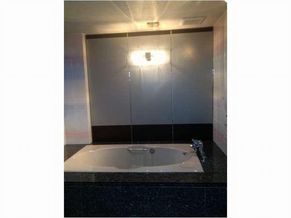 こちらは301号室の広々お風呂♪海側になるのでポルトの花火が観えちゃう!!