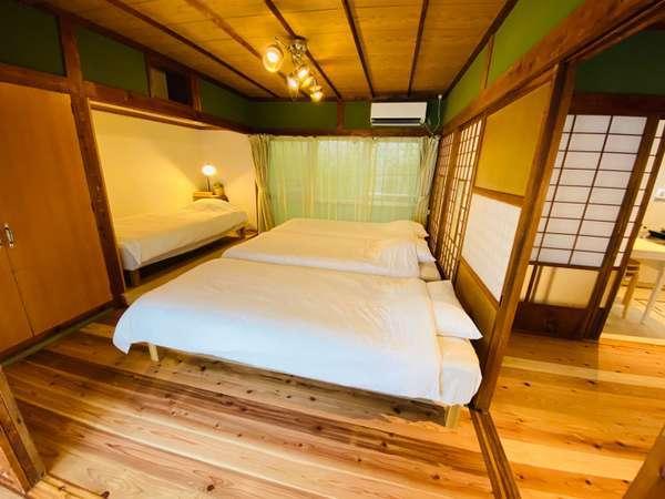 洋室のベッドルームです。最大4名様が泊まれます。