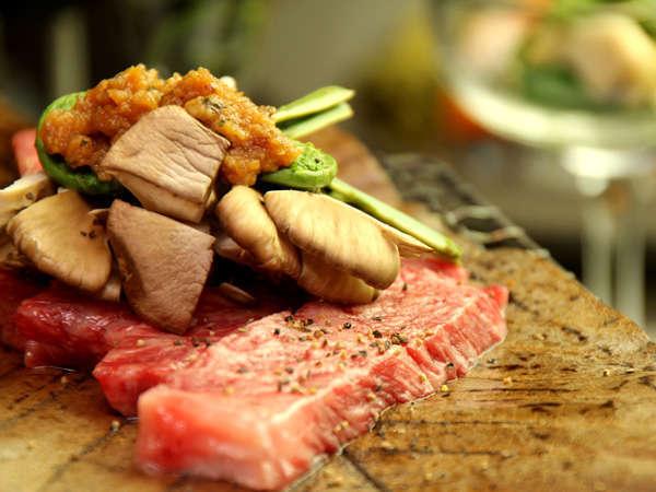 【岩手和牛の朴葉焼き】朴葉の香りが食欲をそそります
